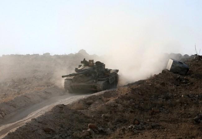 Xe tăng quân đội Syria tấn công trên tuyến đường Ithriya-Khanasser