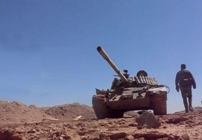 Binh sĩ và xe tăng quân đội Syria trên chiến trường Deir Ezzor