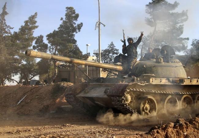 Xe tăng quân đội Syria tấn công trên chiến trường Aleppo