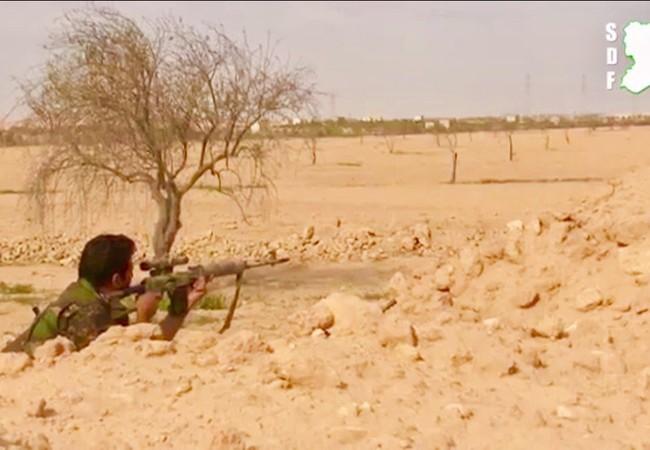 Một xạ thủ bắn tỉa người Kurd trên chiến trường gần thành phố Raqqa