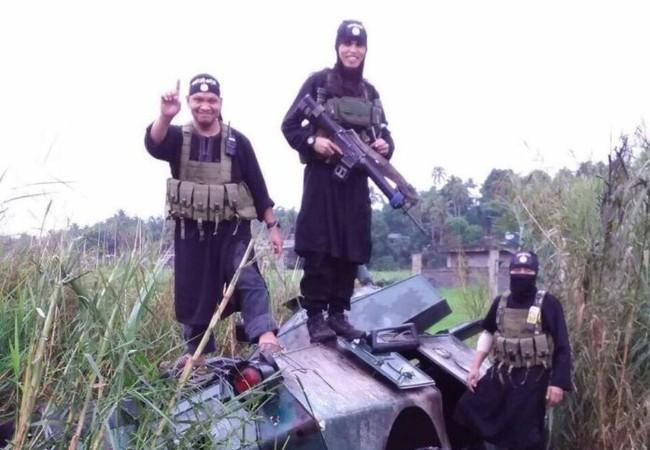 Một xe thiết giáp Philippines bị IS phá hủy
