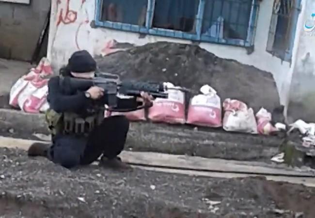 Một chiến binh IS đang bắn trả quân đội Philipine trong khu phố thuộc thành phố Marawi
