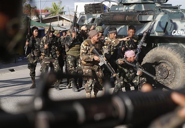 Binh sĩ Philippines tiến công với xe bọc thép trong thành phố Marawi