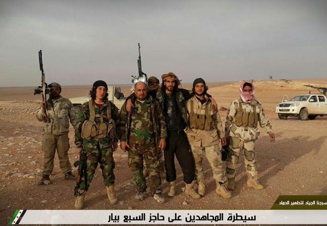 Một nhóm chiến binh thánh chiến trên chiến trường ngoại ô Damascus