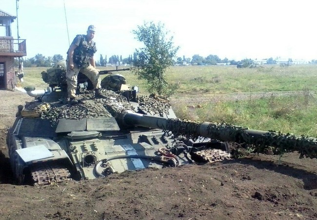 Một xe tăng của quân đội Ukraine còn lại trên sân bay Lugansk