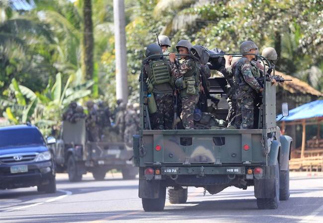 Một nhóm binh sĩ quân đội Philippines trên đường phố Marawi