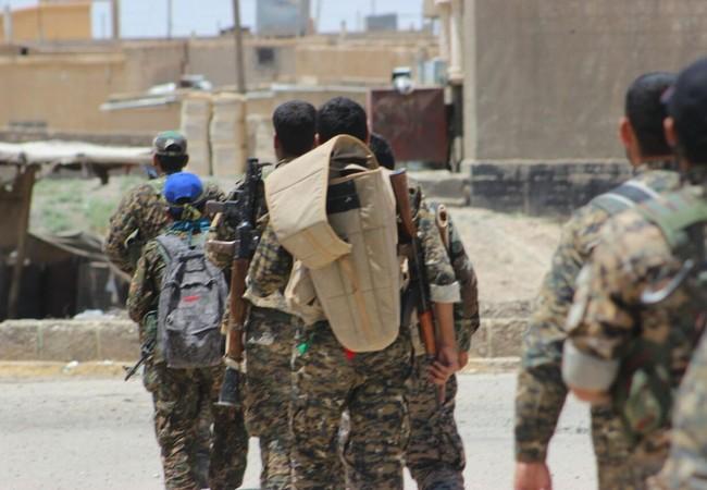 Các chiến binh người Kurd trên vùng ngoại ô thành phố Raqqa