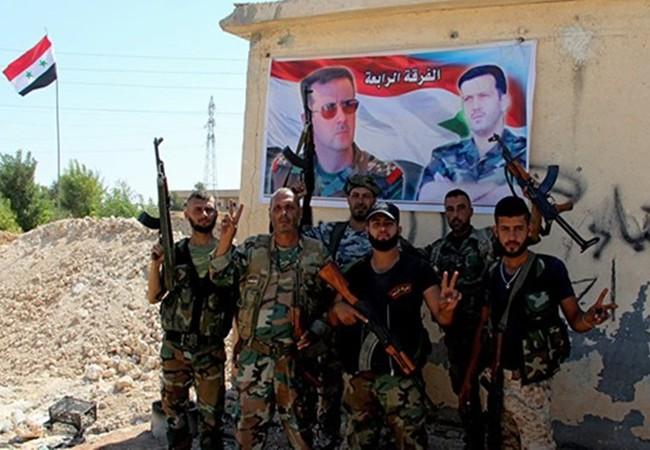 Nhóm binh sĩ quân đội Syria tại một trạm kiểm soát trên đường cao tốc N4 Aleppo-Raqqa