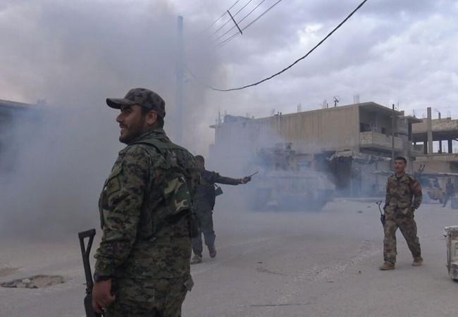 Một nhóm binh sĩ người Kurd trên chiến trường Raqqa