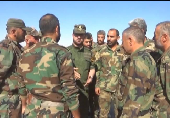 Tướng Suheil al Hassan, tư lệnh trưởng lực lượng Tiger làm việc cùng các sĩ quan Tiger dưới quyền