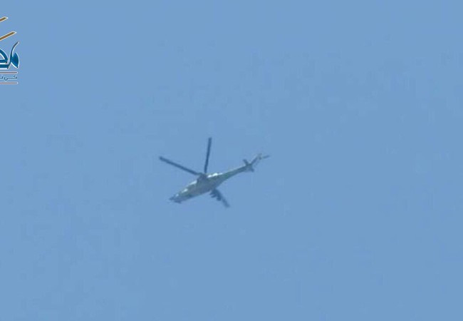 Trực thăng tấn công (có thể của quân đội Syria) đang hoạt động trên bầu trời Daraa