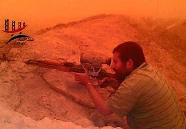 Binh sĩ quân đội Syria chiên đấu trong bão cát