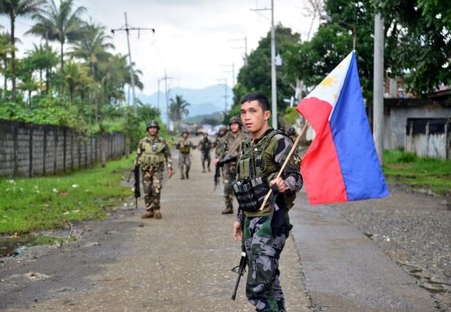 Một nhóm binh sĩ Philippines trong thành phố Marawi