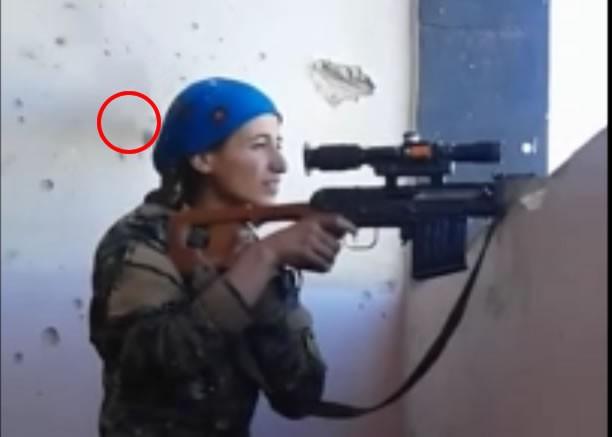 Nữ xạ thủ người Kurd suýt bị dính đạn bắn tỉa của IS
