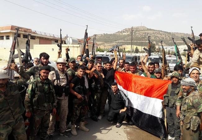 Lực lượng vũ trang địa phương NDF và quân tình nguyện ăn mừng chiến thắng mở thông tuyến đường Ithriyah - Resafa