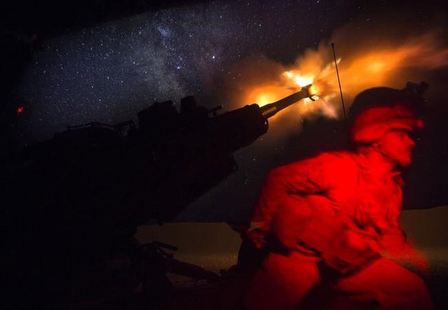 Đơn vị Lính thủy đánh bộ viễn chinh số 24 (MEU) pháo kích vào IS trên chiến trường ngoại ô thành phố Raqqa