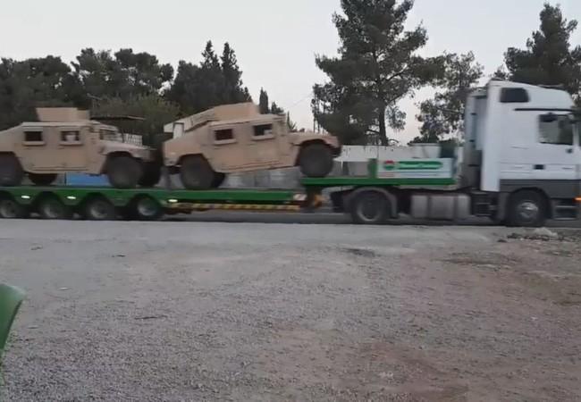 Đoàn vận tải chở xe bộ binh cơ giới Humvees cho lực lượng SDF ở Raqqa