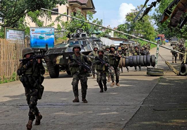 Binh sĩ quân đội Philippines chiến đấu trong thành phố Marawi