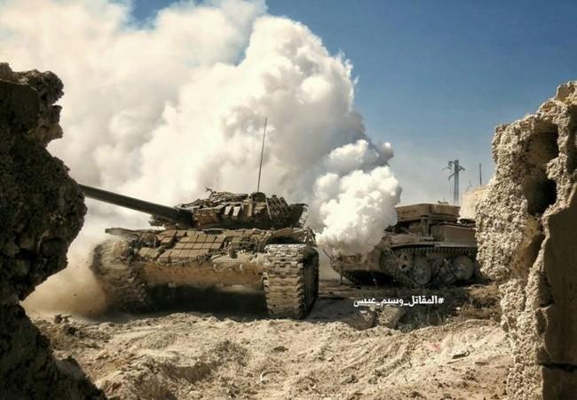 Xe tăng quân đội Syria trên chiến trường thị trấn Ayn Tarma