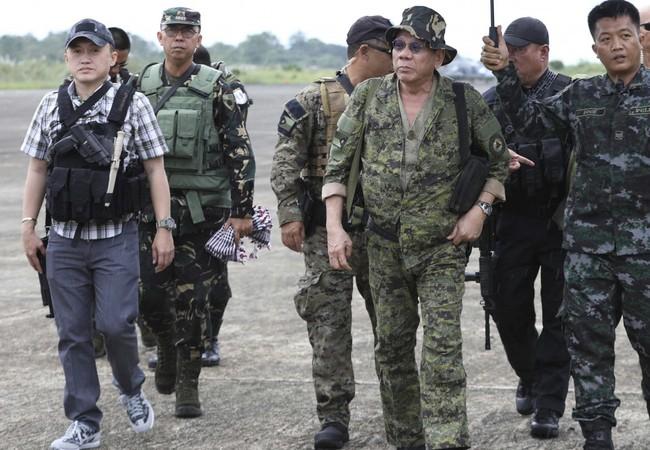 Tổng thống Philippines Rodrigo Duterte bất ngờ đến thăm và động viên tinh thần binh sĩ trong thành phố Marawi