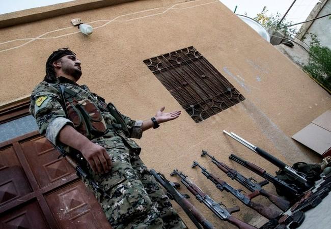 Binh sĩ người Kurd giới thiệu về số vũ khí chiến lợi phẩm thu giữ được từ IS