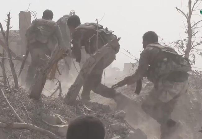 Binh sĩ quân đội Syria tiến công trên chiến trường Ayn Tarma thuộc Đông Ghouta