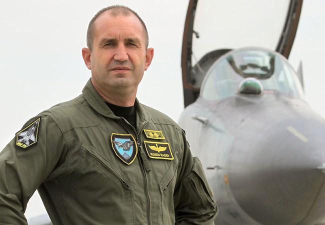 Thiếu tướng dự bị,  tổng thống Bulgaria Rumen Radev bên chiếc MiG -29