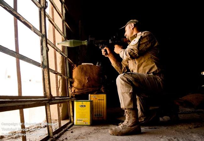 Binh sĩ người Kurd chiến đấu trên chiến trường Raqqa