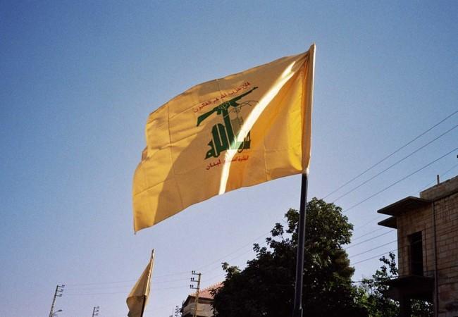 Lá cờ truyền thống của lực lượng Hezbollah trên vùng biên giới Syria - Lebanon