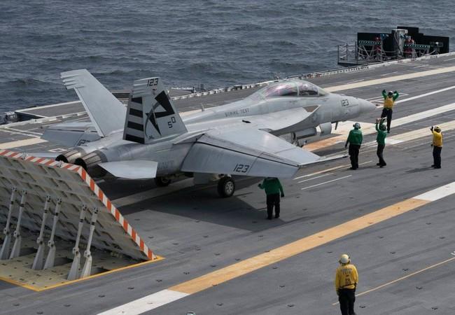 """Máy bay F / A-18F Super Hornet chuẩn bị xuất kích trên tàu sân bay """"Gerald Ford"""" - Ảnh Defence.ru"""