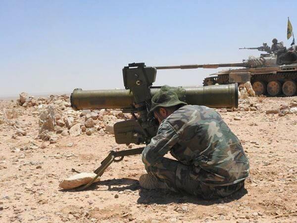 Binh sĩ quân đội Syria chiến đấu với tên lửa chống tăng ATGM