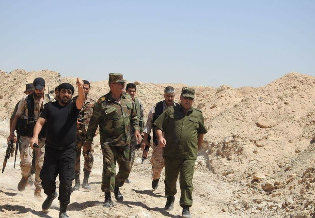 Tướng Hassan Mohamed (bên phải ngoài cùng), tư lệnh trưởng sư đoàn dự bị số 17 cùng các sĩ quan dưới quyền trên chiến trường thành phố Deir Ezzor - Ảnh Deir Ezzor News