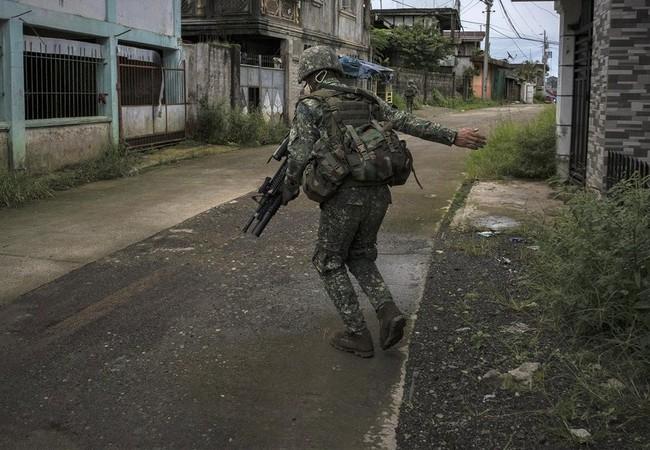 Binh sĩ Philippines chiến đấu trong thành phố Marawi - ảnh SBN
