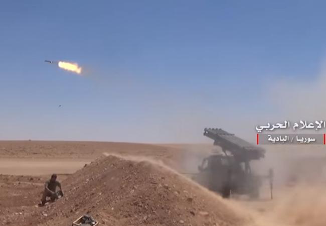 Pháo binh quân đội Syria tấn công IS trên vùng sa mạc tỉnh Homs - Ảnh truyền thông quân đội Syria
