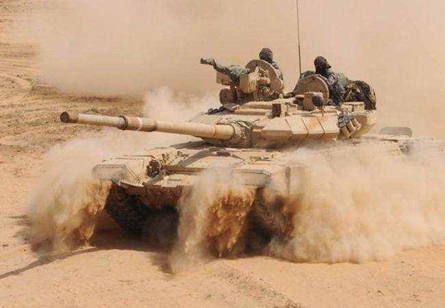 Xe tăng quân đoàn tình nguyện số 5 tiến công trên hướng thị trấn Al-Sukhnah - Ảnh Al-Masdar News