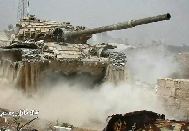 Xe tăng quân đội Syria tiến công trên chiến trường Jobar - ảnh Masdar News
