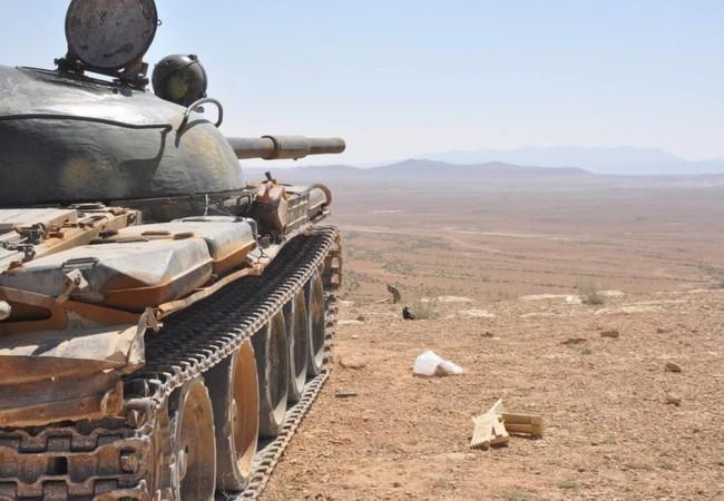 Xe tăng quân đội Syria trên chiến trường ngoại vi thị trấn Sukhnah