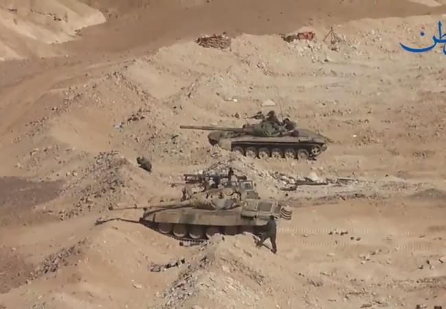 Xe tăng quân đội Syria trên trận địa phòng ngự, phía xa là đài radar mặt đất kiểm soát mục tiêu