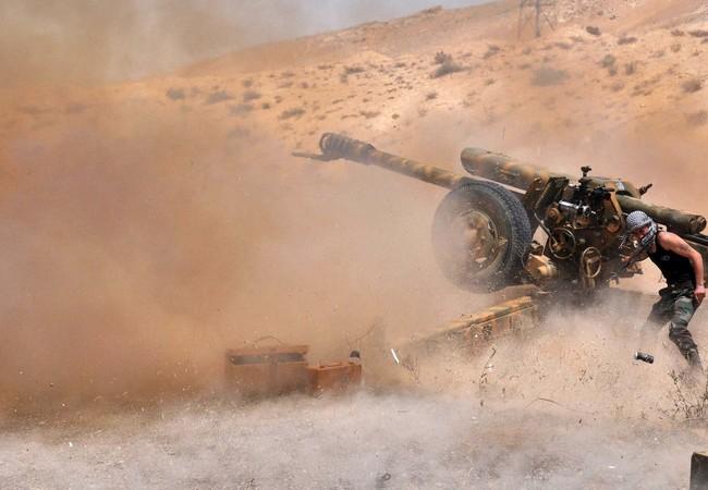 Quân đội Syria pháo kích vào chiến tuyến của IS trên chiến trường sa mạc phía đông tỉnh Homs