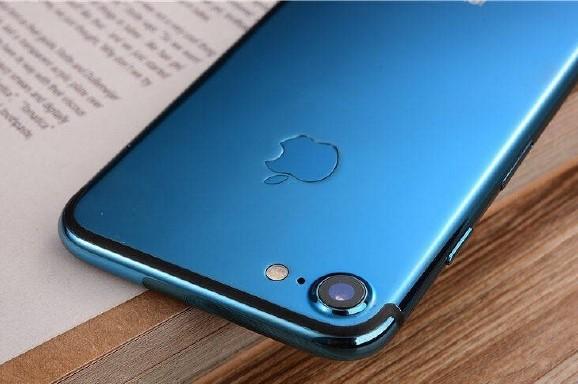 Phiên bản iPhone 7 hoàn toàn mới lạ, với màu xanh dương có viền ăng-ten màu đen.
