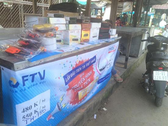 Đầu thu truyền hình được bày bán ở chợ Hòa Lạc, xã Định An, huyện Lấp Vò, Đồng Tháp. Ảnh: Thành Thắng