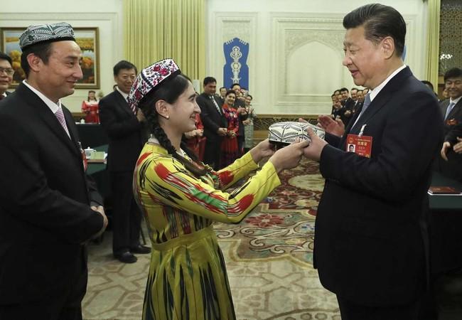 Chủ tịch Tập Cận Bình nhận quà là chiếc mũ truyền thống của người Duy Ngô Nhĩ . Ảnh Tân Hoa xã
