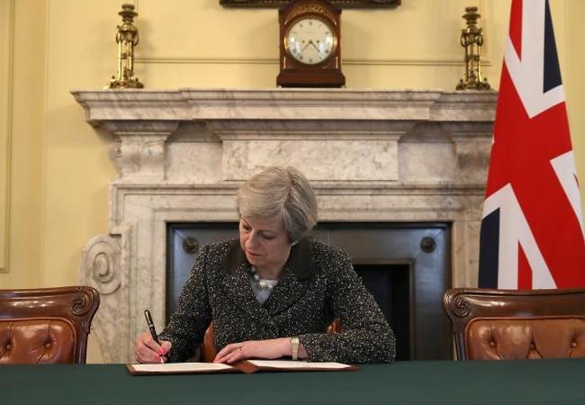 Thủ tướng Theresa May ký thư kích hoạt điều 50 Hiệp ước Lisbon