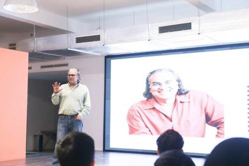 """Ông Peter Relan - người được coi là """"bố già"""" ở thung lũng Silicon, chia sẻ những góc nhìn chân thực về thung lũng Silicon và bài học trên con đường khởi nghiệp với các bạn trẻ tại buổi talkshow"""
