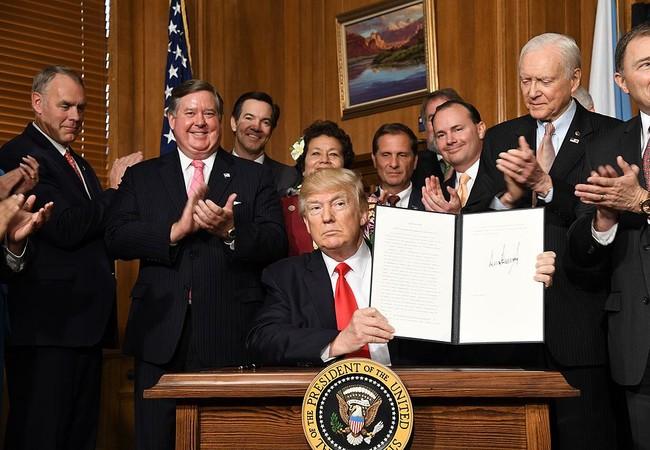 Tổng thống Donald Trump ký Lệnh điều hành số 3961