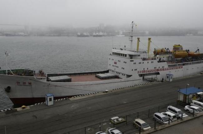 """Tàu chở hàng hóa và hành khách """"ManGyongBong"""" của Triều Tiên trên bến càng Vlaidivostok ngày 18/5"""