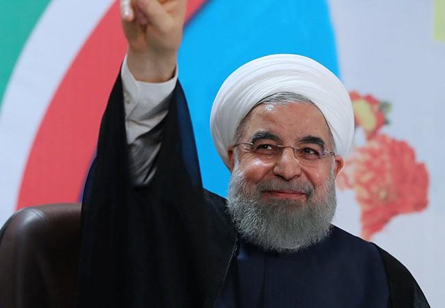 Tổng thống Iran Hassan Rouhani vẫy chào cử tri
