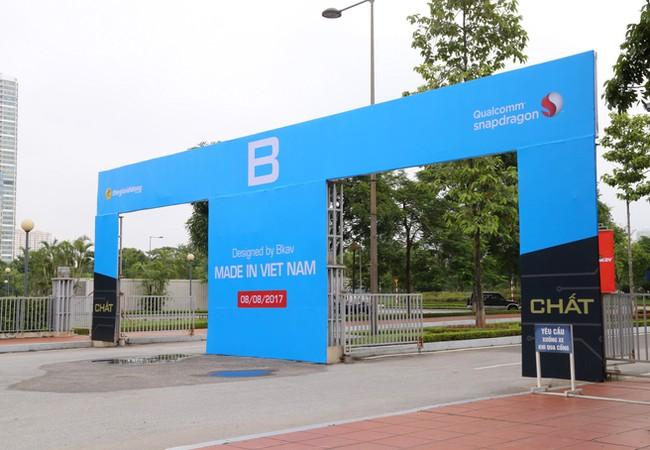 """Lễ ra mắt Bphone 2 sẽ diễn ra sáng ngày 8/8 tại Trung tâm Hội nghị Quốc gia (Hà Nội). Cổng chào đã được dựng lên, thể hiện thông điệp của sản phẩm năm nay là """"Chất""""."""