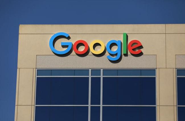 Logo của Google phía trên một tòa nhà của công ty tại  Irvine, California, Hoa Kỳ.  Ảnh  Mike Blake chụp ngày 7/7/2017