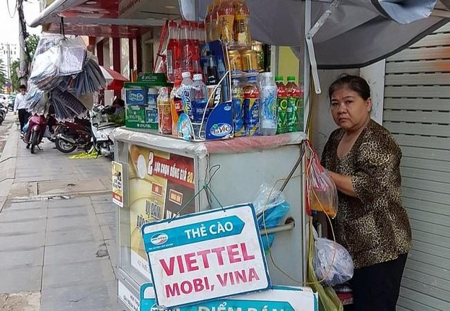 Một người bán SIM thẻ tại Thành phố Hồ Chí Minh. Ảnh: Tan Hui Ye